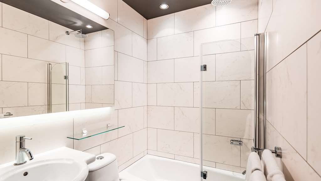 Best Western Premier Hotel Aristocrate - Our well-appointed accommodations, with either one king or two queen size beds, also feature a modern bathroom with a glass-enclosed shower and a rain showerhead.