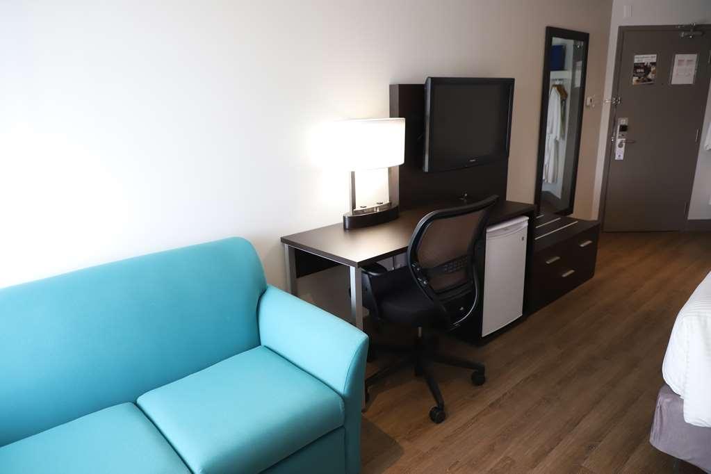 Best Western Hotel St. Jerome - Pour votre confort, la chambre King dispose de deux peignoirs et d'une causeuse.