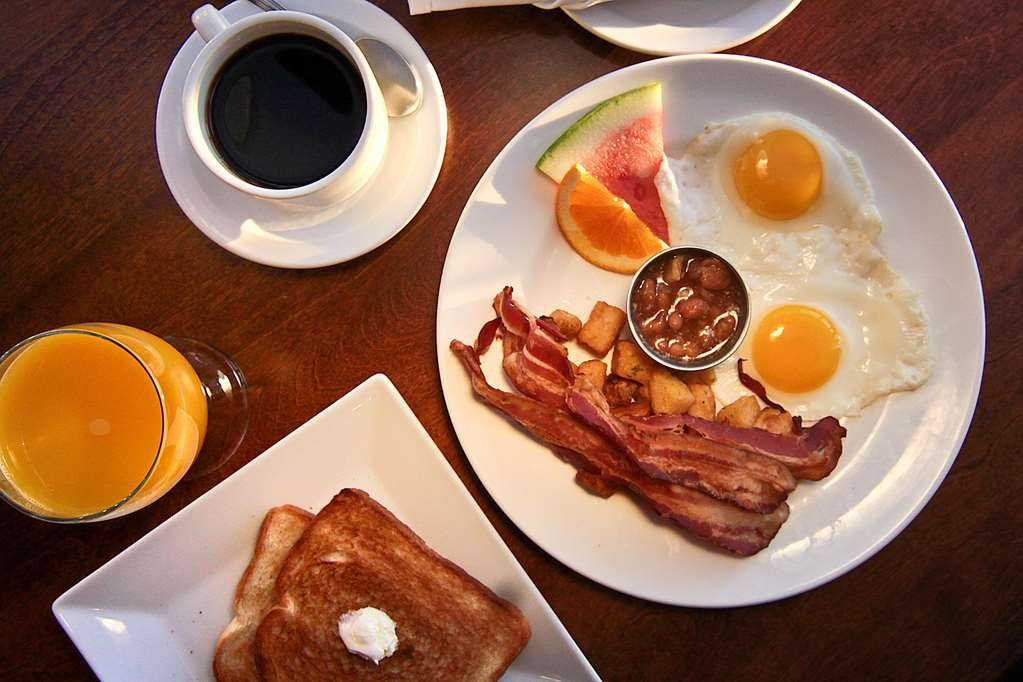 """Best Western Hotel St. Jerome - In compliment with your stay, treat yourself with a free breakfast served """"A la carte"""" in the restaurant Gare 422."""