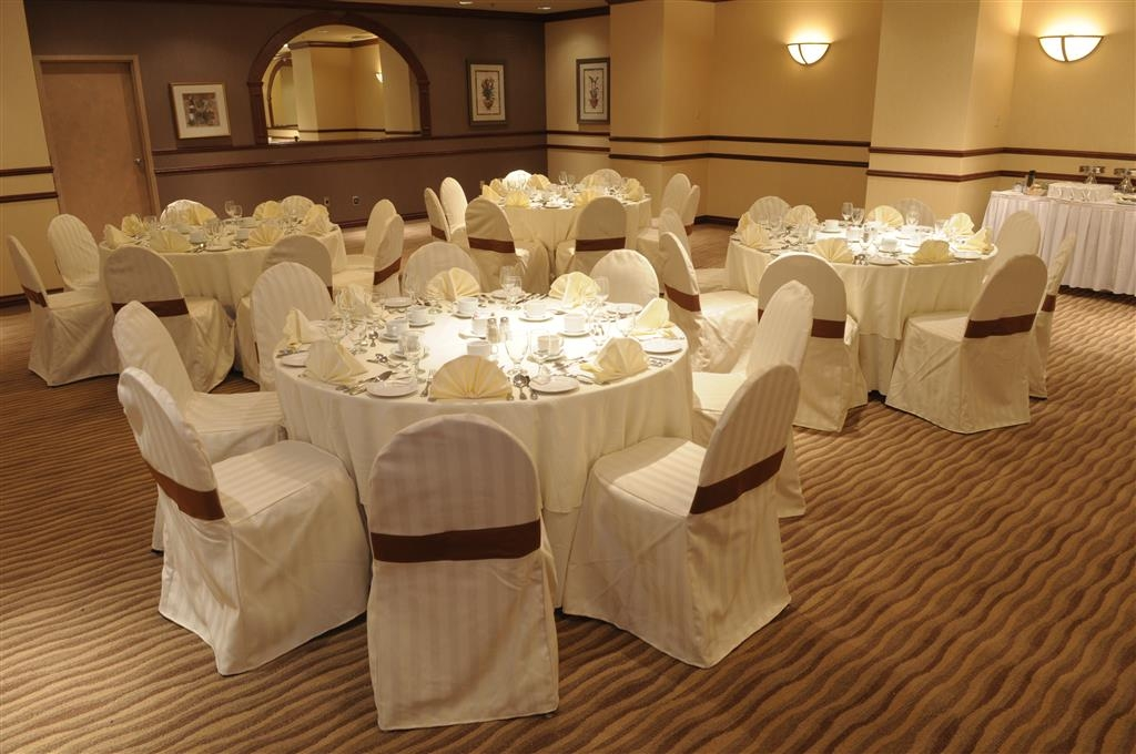 Best Western Ville-Marie Montreal Hotel & Suites - The Grand Salon banquet room has a capacity of 200 people and can be booked for your next event.