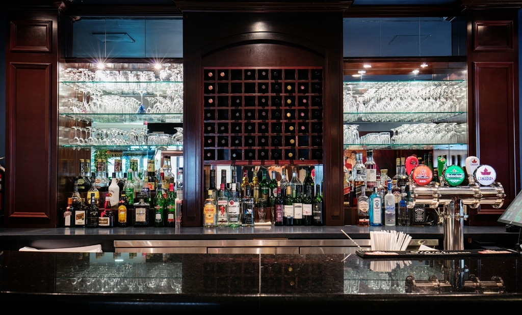 Best Western Ville-Marie Montreal Hotel & Suites - Grab a cold drink at Le Parmigiano restaurant and bar