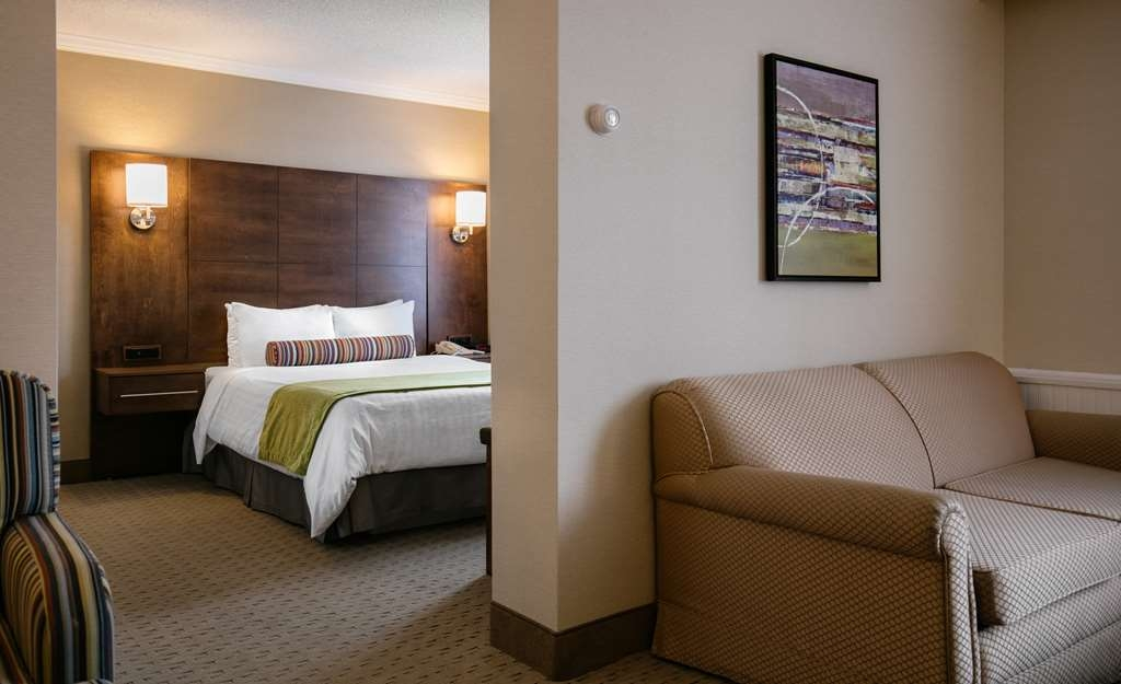 Best Western Ville-Marie Montreal Hotel & Suites - This suite is perfect for a family of four featuring a sofa bed separated by a half wall.