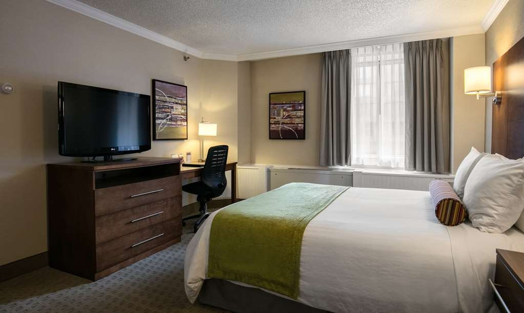Best Western Ville-Marie Montreal Hotel & Suites - Wake up refreshed in our rooms with one queen bed.