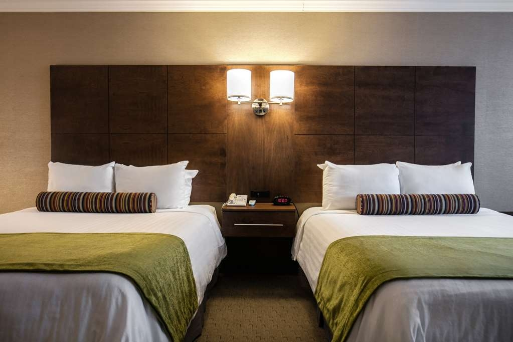 Best Western Ville-Marie Montreal Hotel & Suites - Some of the two queen bedrooms have a view of Mount Royal or the City.