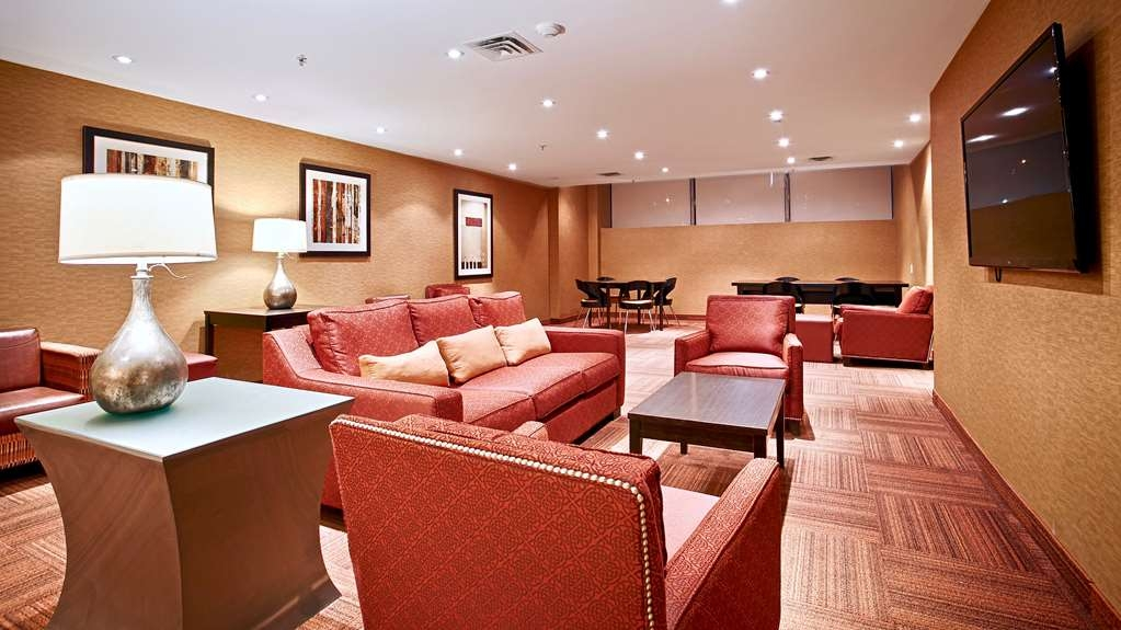 Best Western Plus Montreal Downtown-Hotel Europa - Our lobby area offers comfortable seating to read a book or socialize with colleagues and friends.