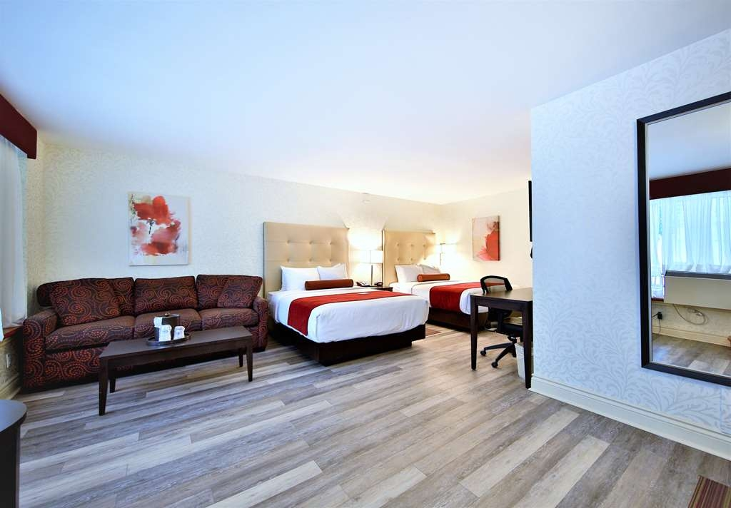 Best Western Plus Montreal Downtown-Hotel Europa - Traveling with your family? Enjoy our two queen-sized bedroom suite equipped with a sofa bed that can accommodate up to 6 people.