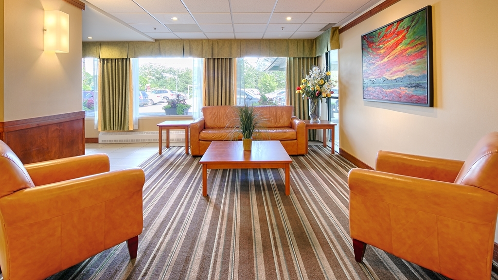 Best Western Plus Gatineau-Ottawa - Come and enjoy our cozy lobby which offers a place to socialize with other guests or members of your party.