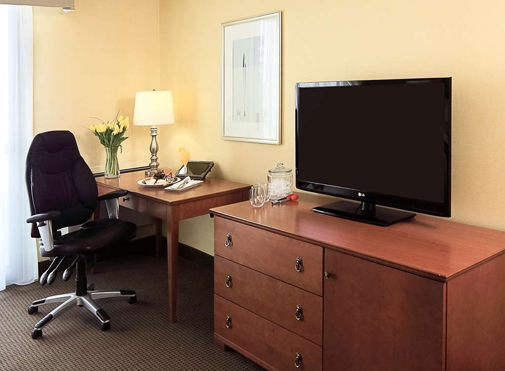 Best Western Plus Gatineau-Ottawa - Room feature plenty of work space as well as 42-inch HD TV.