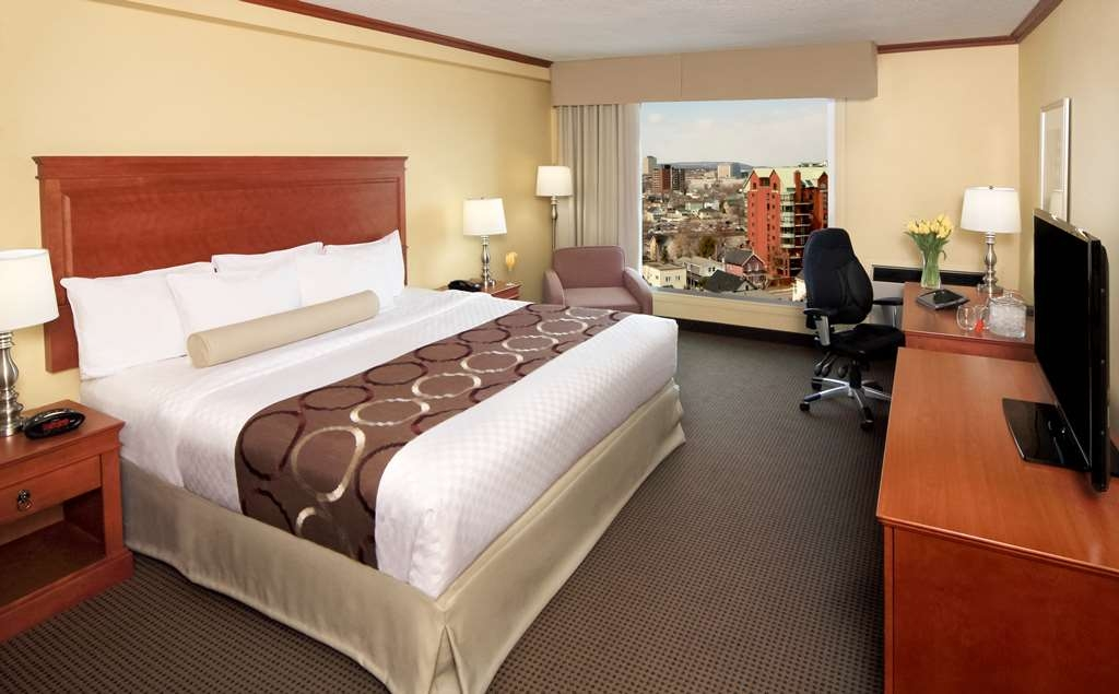 Best Western Plus Gatineau-Ottawa - Our spacious king Gatineau view room has all the comforts of home at your fingertips.