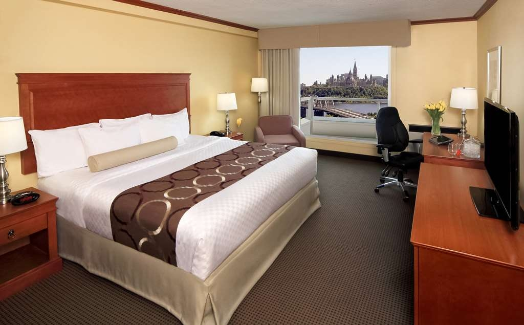 Best Western Plus Gatineau-Ottawa - Our Executive King Parliament view room with balcony is spacious and offers you a comfortable place to unwind.