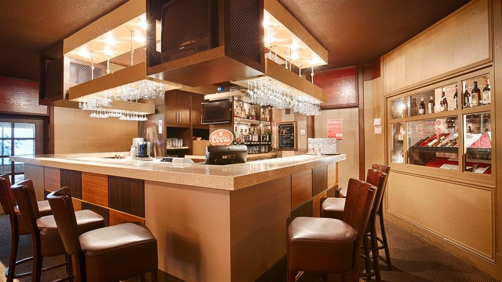 Best Western Hotel Universel Drummondville - For an evening of relaxation before entering your room visit our on-site lounge Bar El Casino.