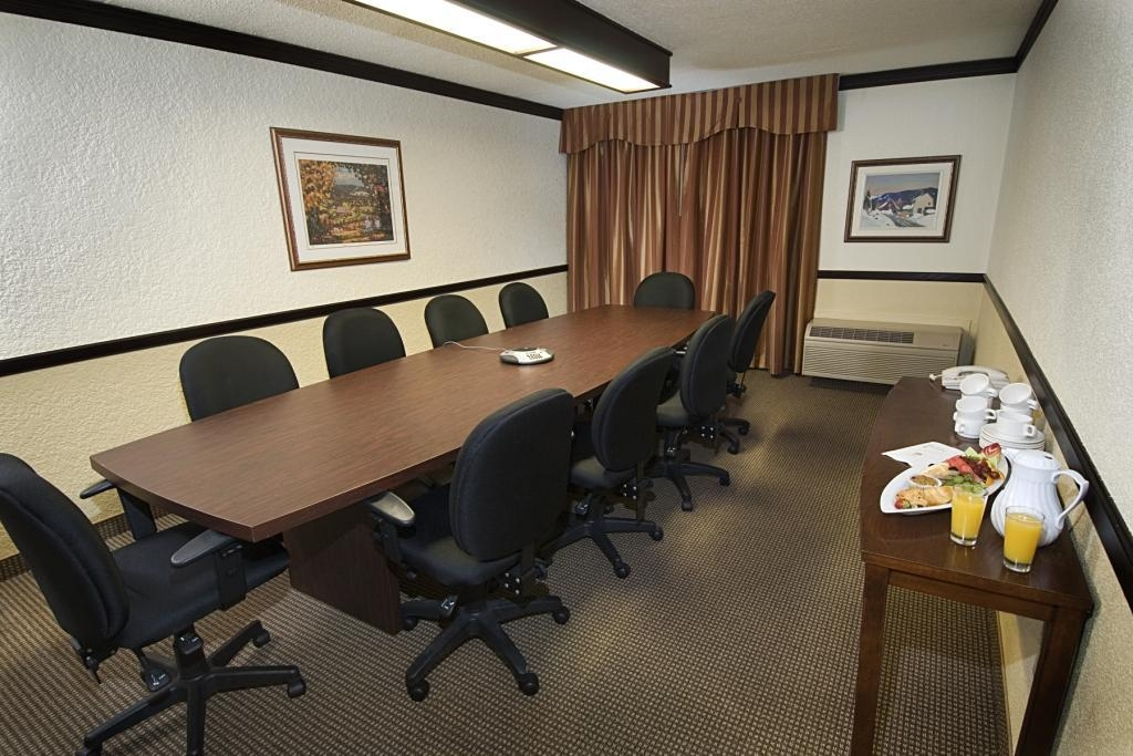 Best Western Hotel Universel Drummondville - The Salon meeting room is the perfect place to plan your next meeting.