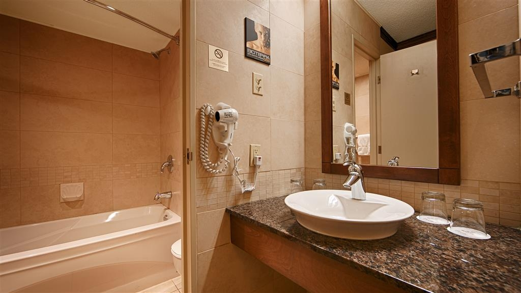 Best Western Hotel Universel Drummondville - Our bathrooms offer plenty of vanity and granite countertop space to start your day.