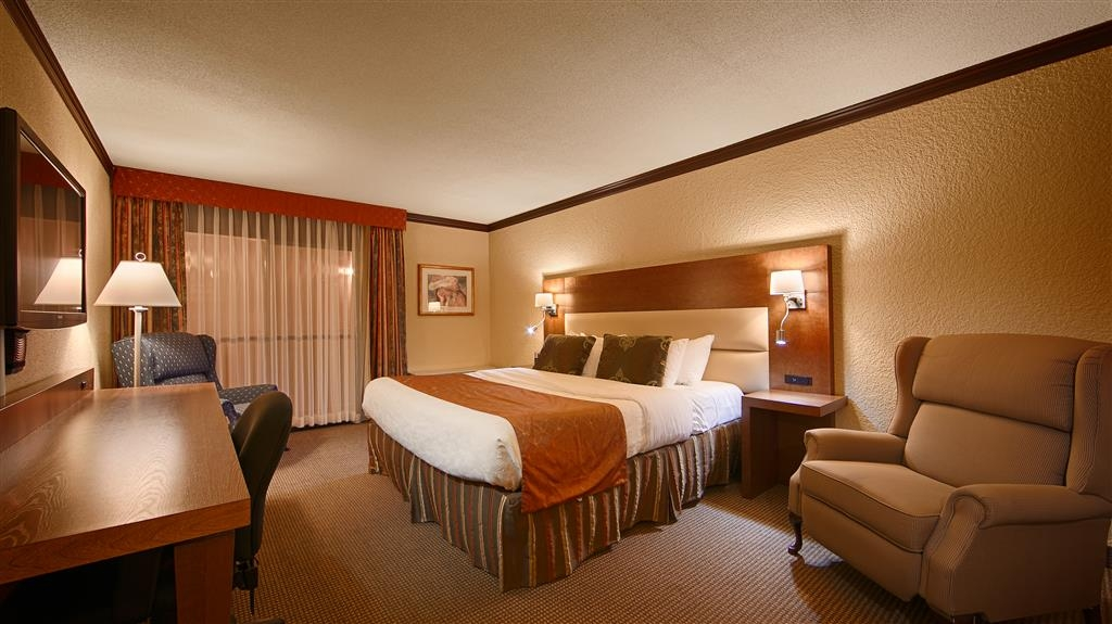 Best Western Hotel Universel Drummondville - Our standard king room offers the comforts of home with a few added amenities that will make your stay extra special.