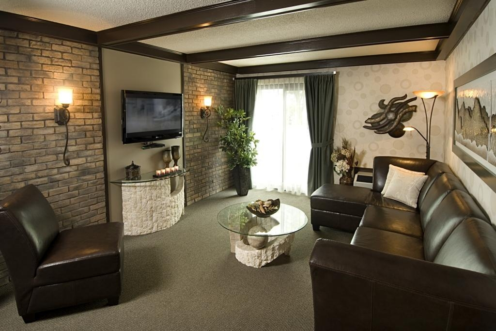 Best Western Hotel Universel Drummondville - This Presidential Suite offers distinct areas for sleeping, eating and working.