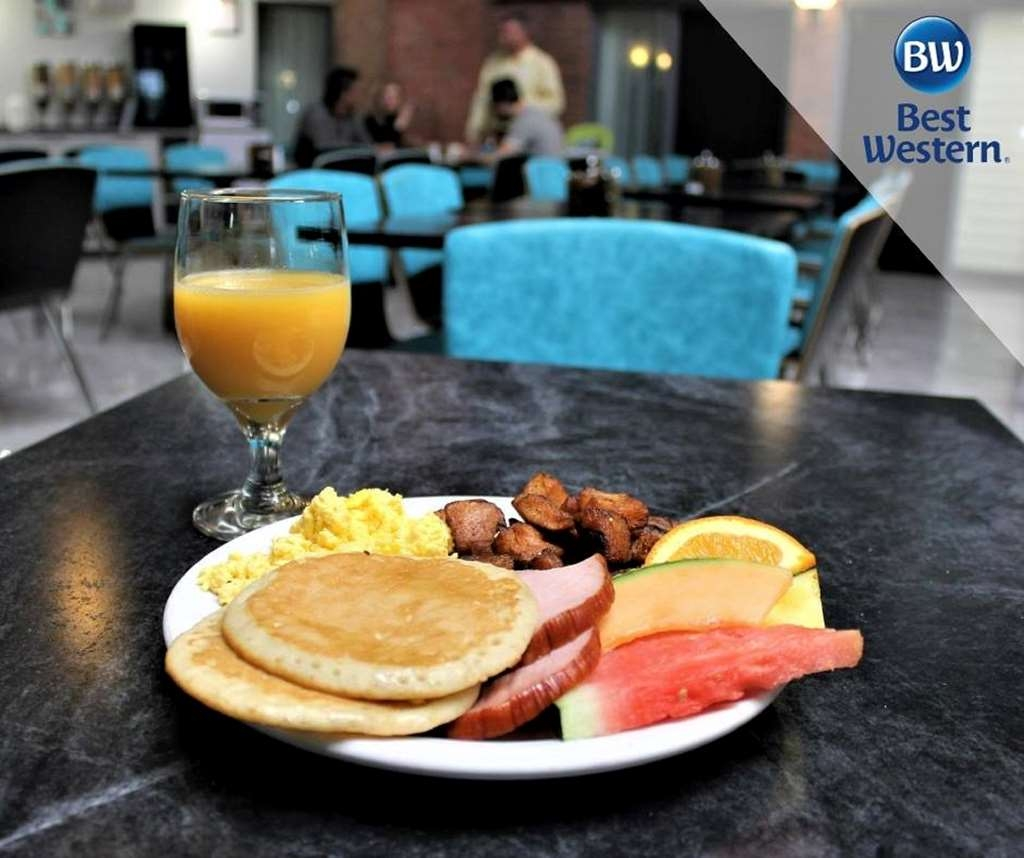 Best Western Laval-Montreal - Our breakfast room offers spacious dining for couples and smaller groups.
