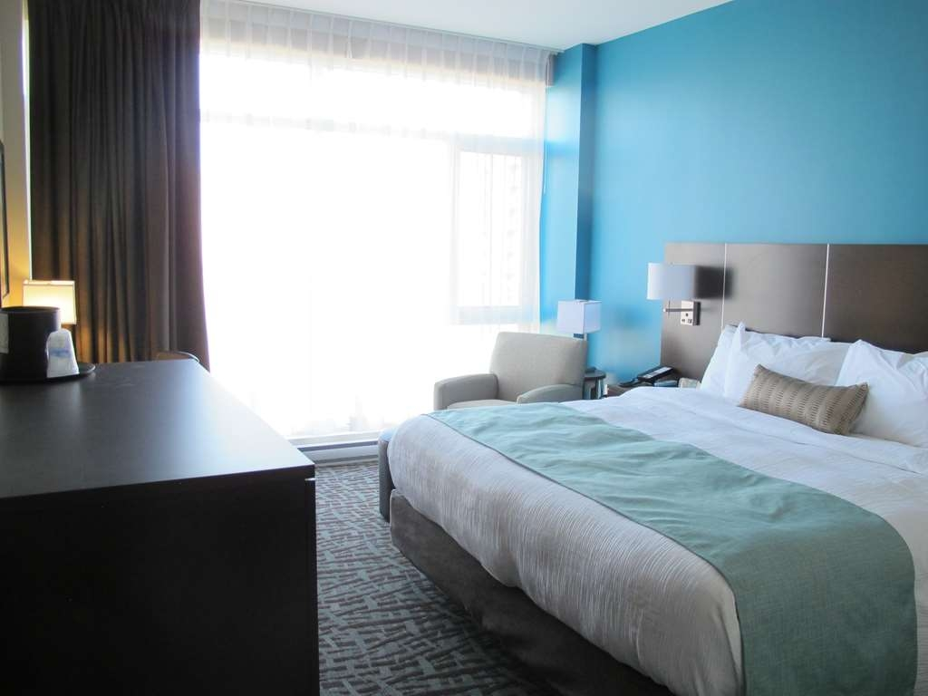 Best Western Plus Hotel Montreal - Standard King Bed Guest Room