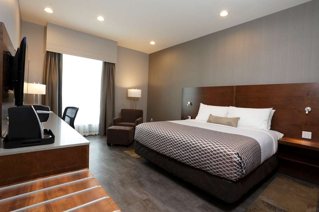 Best Western Plus East Side - This spacious room features one comfortable King bed with a 48-inch Smart TV, a desk with chair, an in-room safe and a walk-in shower.