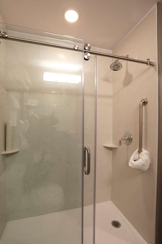 Best Western Plus East Side - Rooms with one king bed or rooms with 2 queen beds have the option of a walk-in shower.