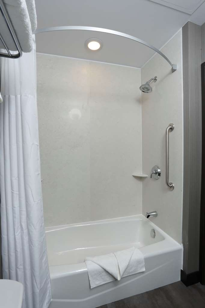 Best Western Plus East Side - Rooms with 2 queens have the option of a tub/shower combo.