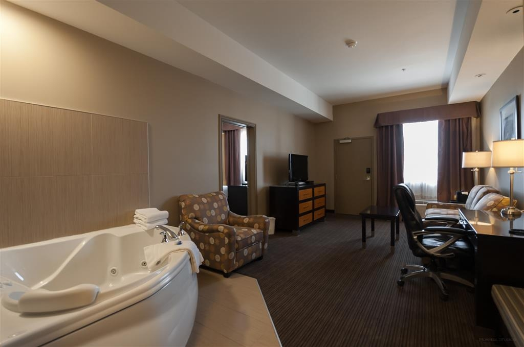 Best Western Plus Moose Jaw - For more space book our king suite bedroom featuring a whirlpool, kitchenette and sofa bed.