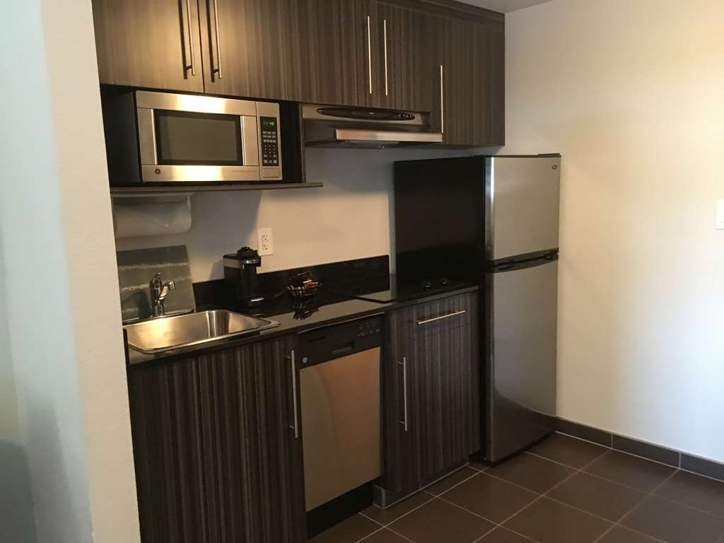 Best Western Plus Airport Inn & Suites - Every Room has a Full Kitchen