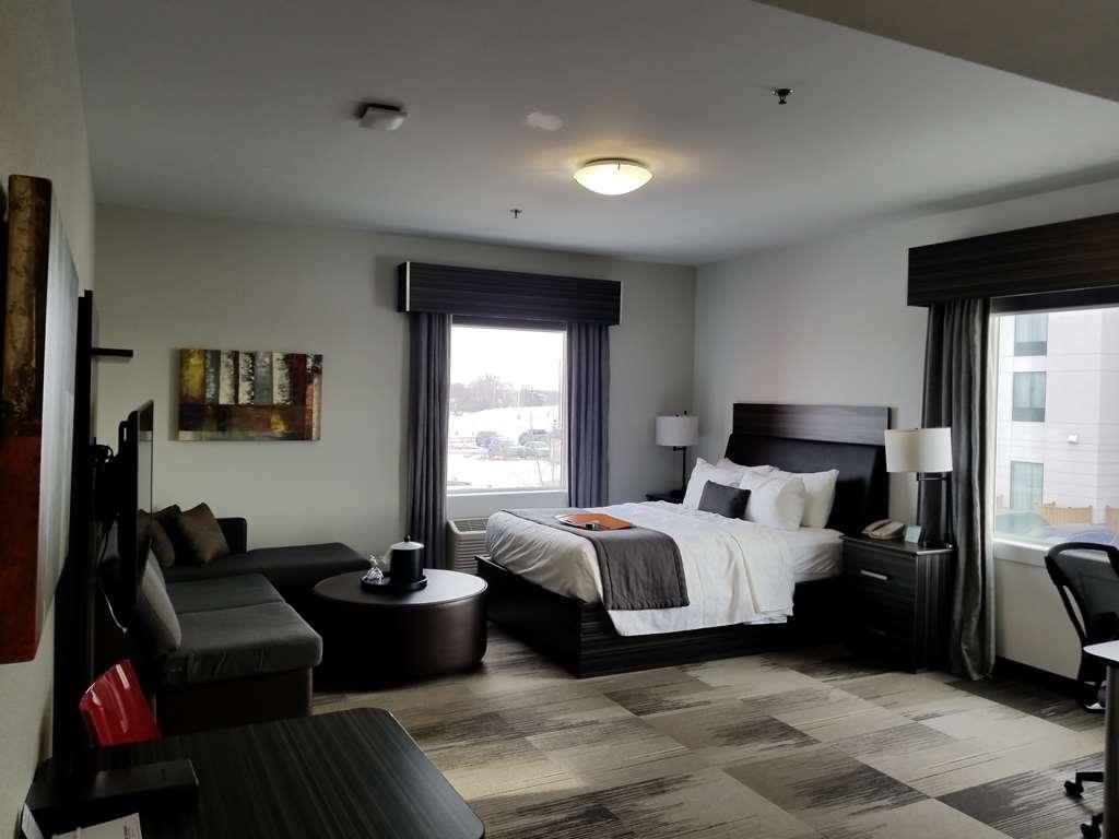 Best Western Plus Airport Inn & Suites - Queen Guest Room