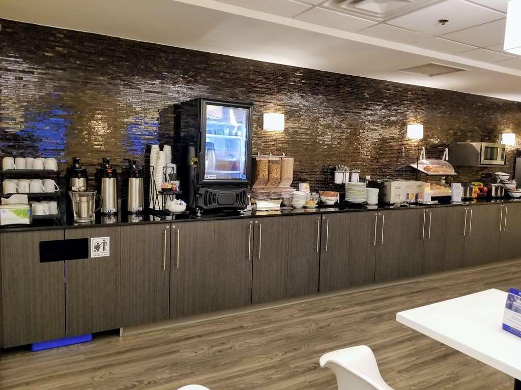 Best Western Plus Airport Inn & Suites - Breakfast Bar
