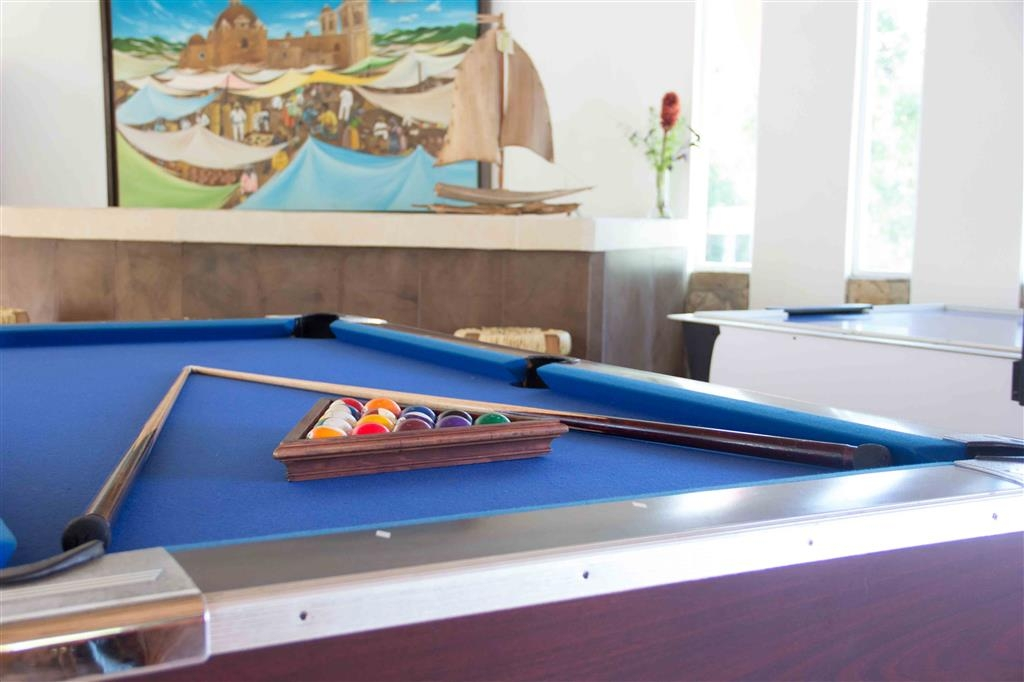 Best Western Posada Chahue - The lobby stopped being boring! Enjoy the pool table & air hockey with a cold drink and the kids can go to the playground.