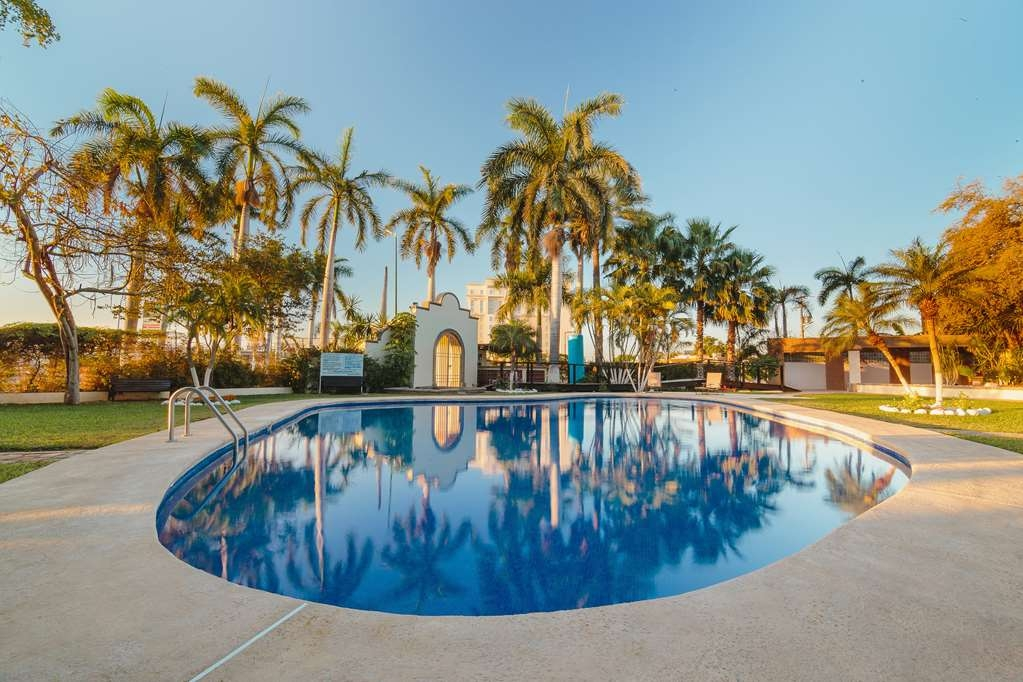 Best Western Plus San Jorge - Take a refreshing dip in our outdoor pool.