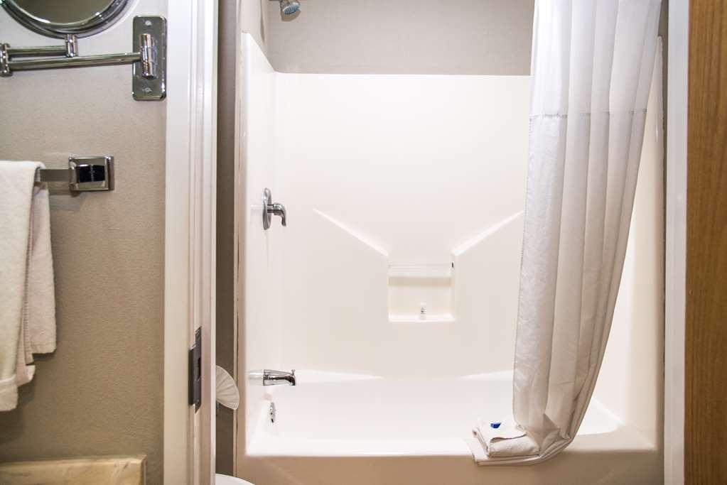 Best Western Plus Monterrey Airport - bathroom
