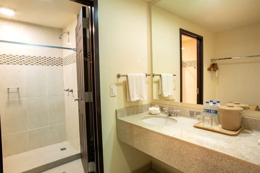Best Western Plaza Monterrey - Superior Guest Room with two king bed / Bath