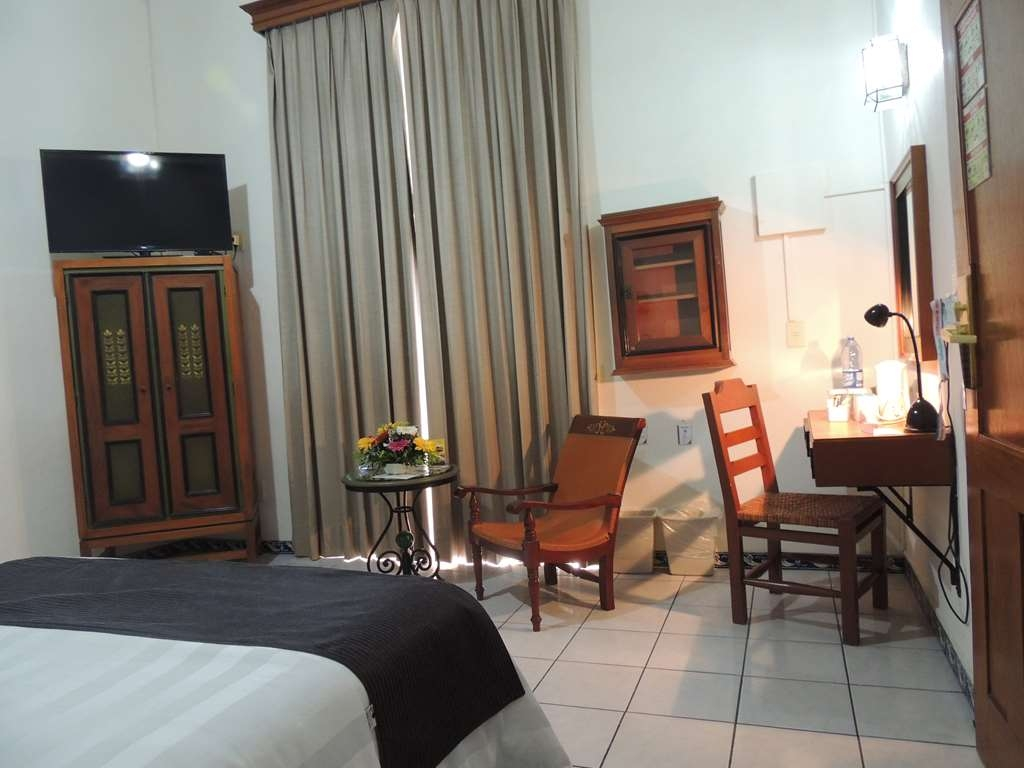 Best Western Plus Hotel Ceballos - 2 Double beds with closed and work desk
