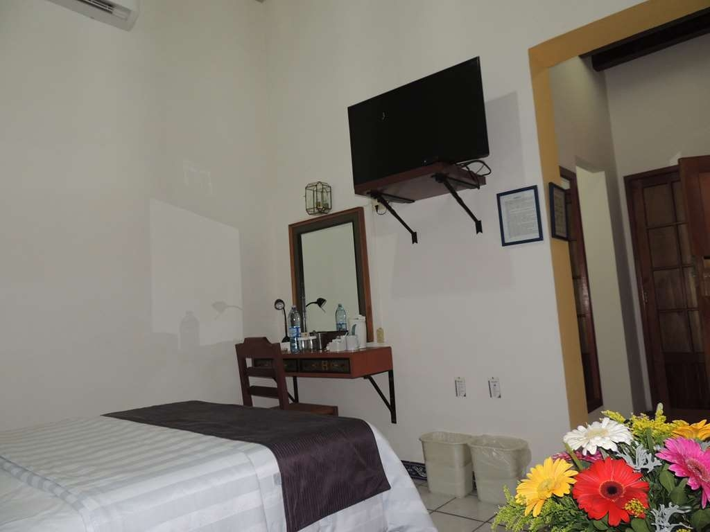 Best Western Plus Hotel Ceballos - 1 Double bed with work desk and 40 tv