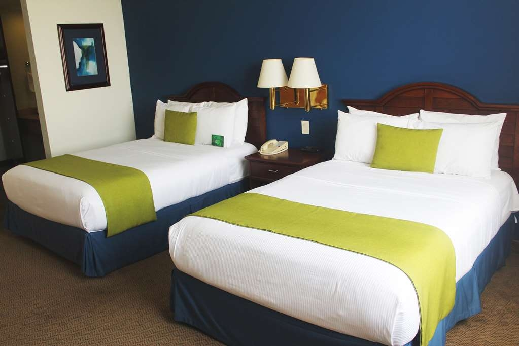 Best Western Plus Los Mochis - Double room with two double beds, plasma TV, air conditioner, desk, chair, for one or two person.