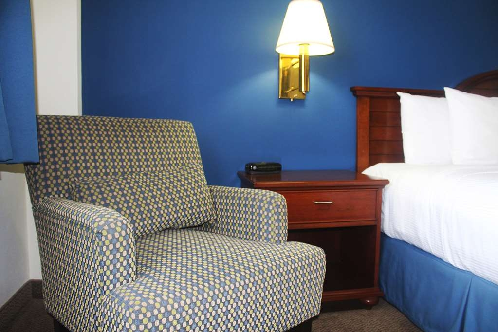 Best Western Plus Los Mochis - Single room with one king bed, sofa, plasma TV, air conditioner, desk and chair, for one or two person.