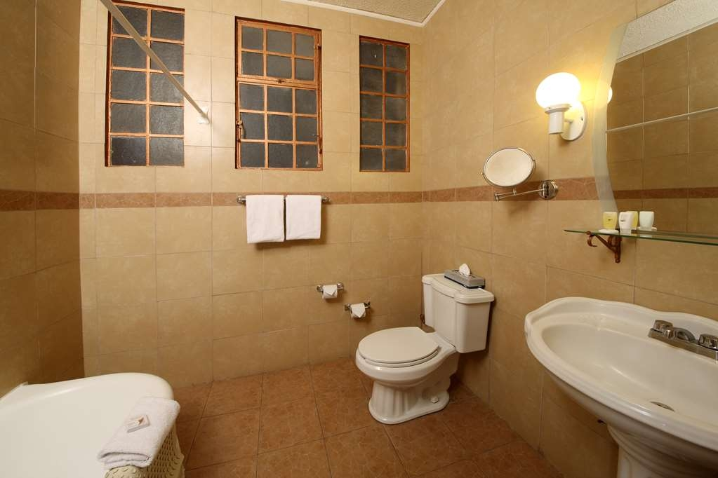 Best Western Hotel Majestic - Bathroom with tub and shower,Mirror vanity,Hair dryer