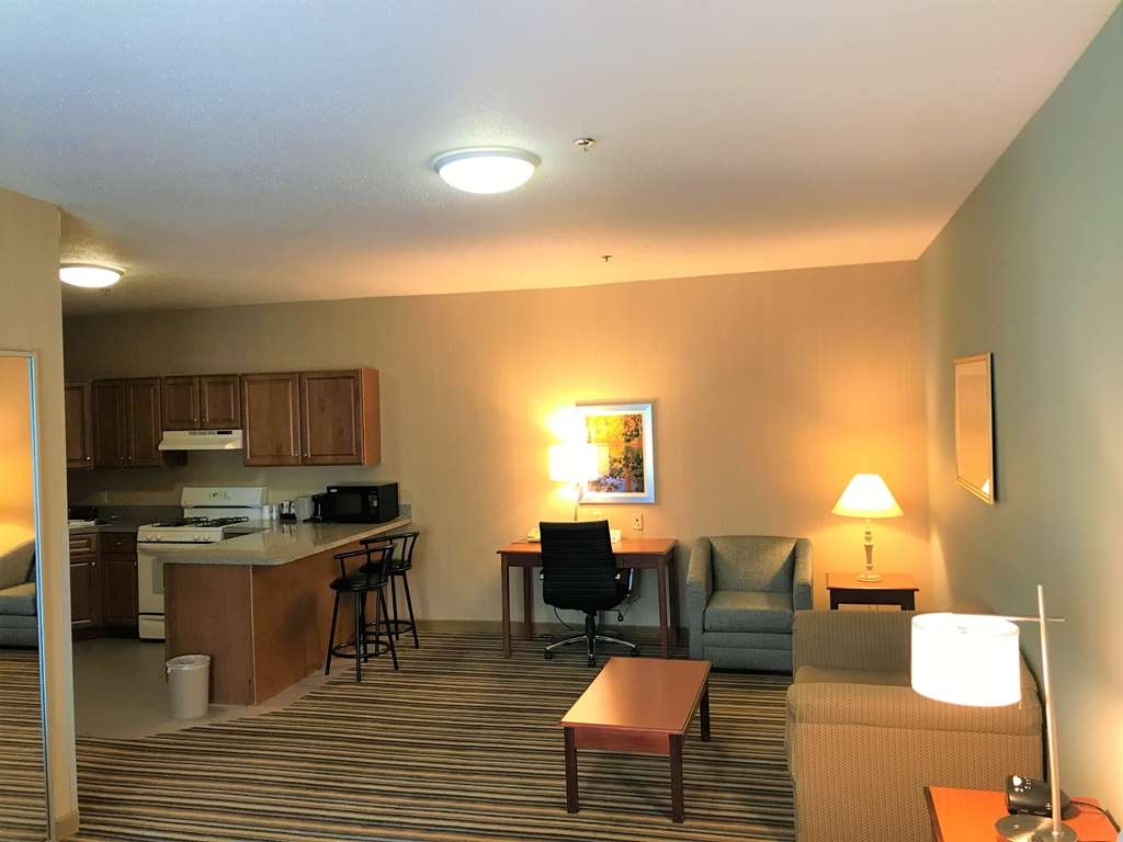 Best Western Plus New England Inn & Suites - This suite king bedroom is equipped with a sofabed and a kitchenette for your snacking needs.