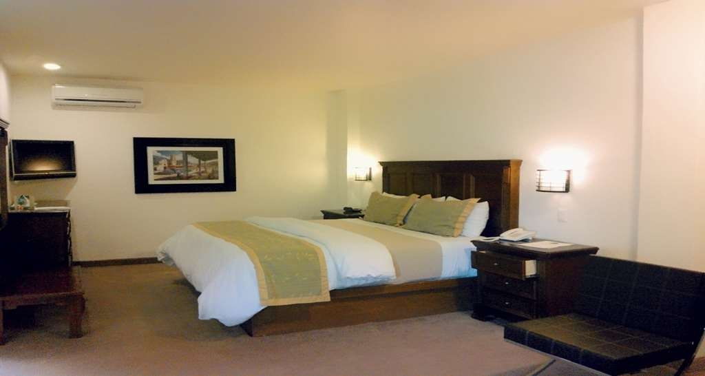 Best Western Tequisquiapan - Guest room equipped with bath, closet, air conditioning and a king bed