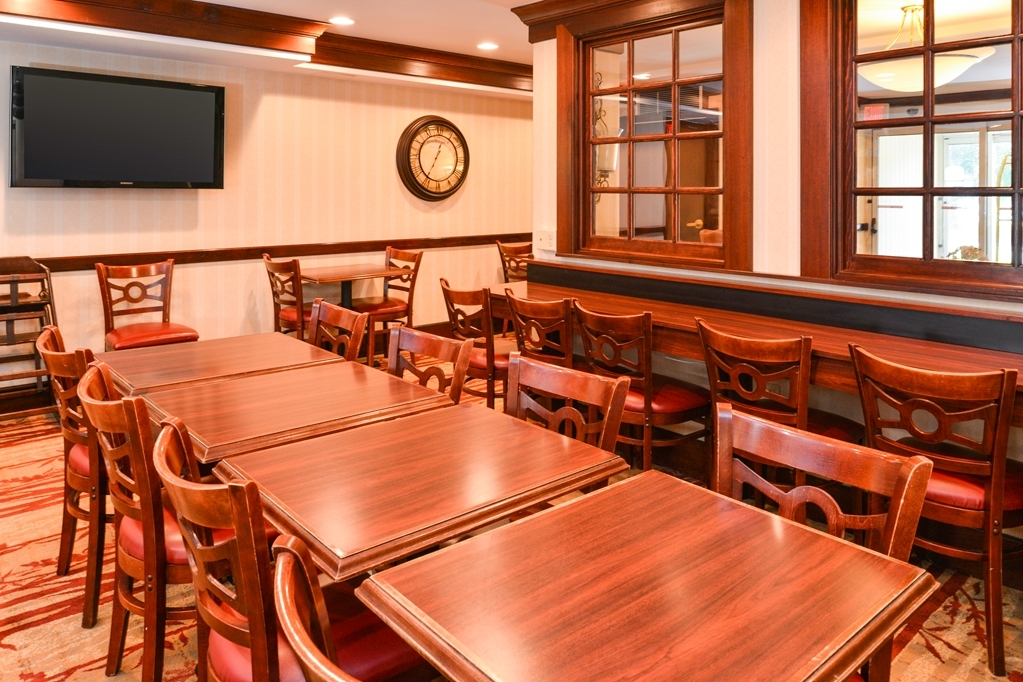 Best Western Plus Fairfield Hotel - Choose from a wide selection of seating to enjoy your morning meal.