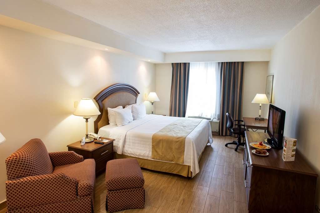Best Western Plus Monterrey Colon - Superior room with a king bed