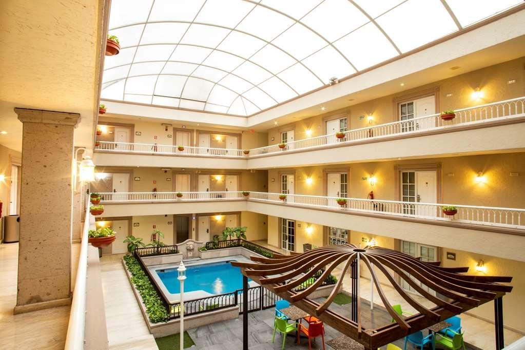 Best Western Plus Monterrey Colon - Gym and pool zone
