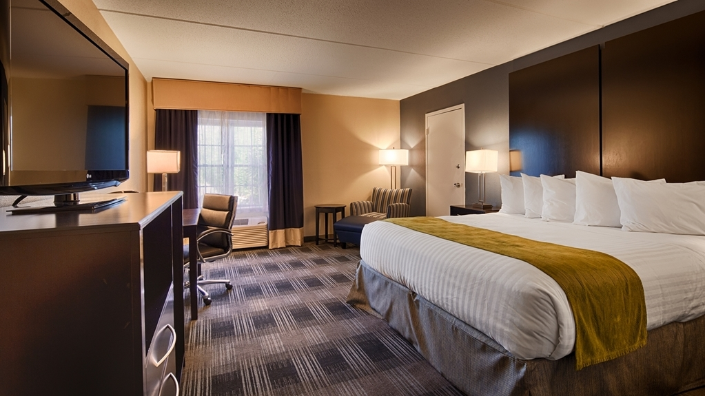 Best Western Hartford Hotel & Suites - At the end of a long day, relax in our clean, fresh king bedroom.
