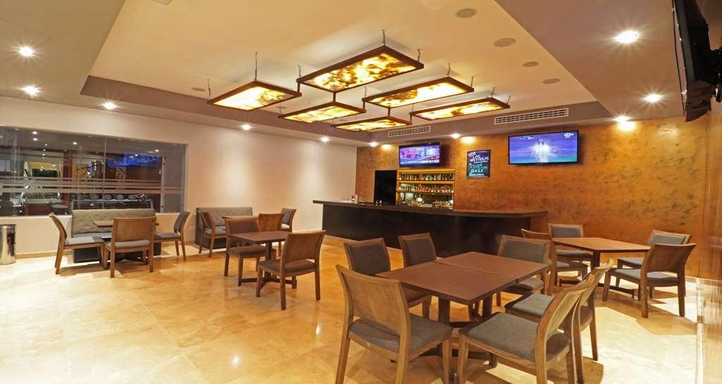 Best Western Plus Aeropuerto Monclova-Frontera - Bar/Lounge