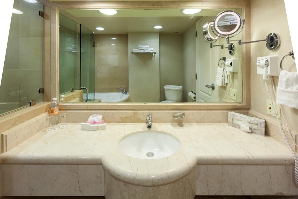Best Western Plus Nuevo Laredo Inn & Suites - Guest Bathroom