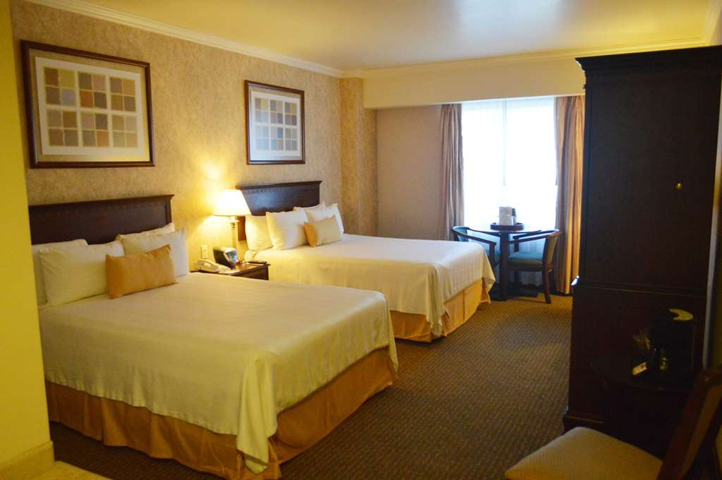 Best Western Plus Nuevo Laredo Inn & Suites - Standard double room equipped with two Queen size beds, doors, windows and bathroom adapted for guests with special needs.