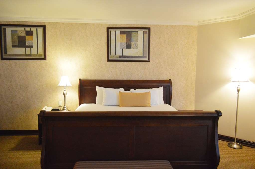 Best Western Plus Nuevo Laredo Inn & Suites - Superior Single bed room with ample space, king size bed, Jacuzzi, walk-in shower and sofa offering a deluxe experience.