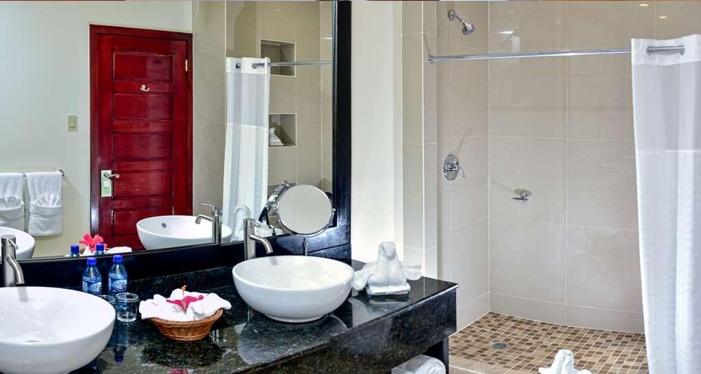 Best Western Plus Belize Biltmore Plaza - Bathroom