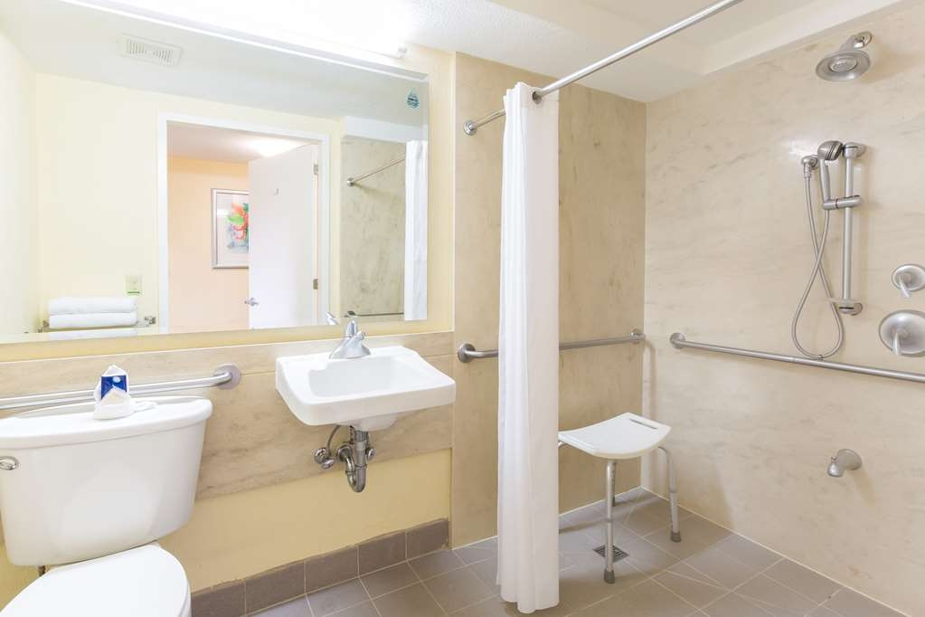 Best Western Irazu Hotel & Casino - Guest Room Accessible bath