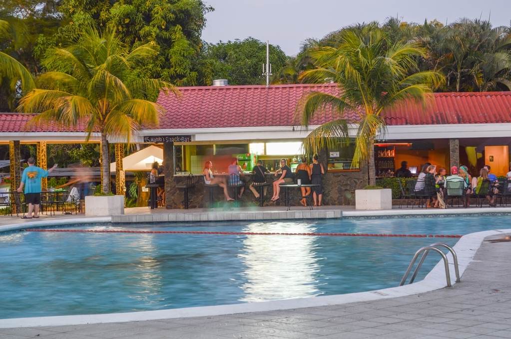 Best Western Las Mercedes - Near the pool is the Bar